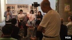 一位香港居民认真聆听国歌法研讨 (美国之音记者申华拍摄)