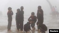 Trẻ em H'mong chơi đùa trong giờ nghỉ vào một ngày sương mù ở trường Van Chai, huyện Đồng Văn, tỉnh Hà Giang, nằm trên biên giới với Trung Quốc, ngày 21 tháng 9 năm 2015.