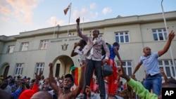Dân Zimbabwe ăn mừng bên ngoài trụ sở Quốc hội ngay khi hay tin Tổng thống Robert Mugabe từ chức ngày 21/11/17.