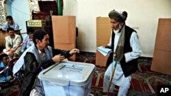 ایک افغان شہری ووٹ ڈالتے ہوئے