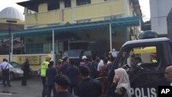 14일 말레이시아 쿠알라룸푸르의 이슬람 기숙학교에서 화재가 발생해 학생 21명과 선생님 2명이 사망했다. 경찰이 사고 현장에 출동했다.