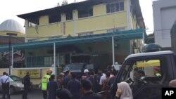 Polisi bersiap membawa korban keluar dari sebuah sekolah agama Islam menyusul insiden kebakaran di pinggiran Kuala Lumpur, Malaysia, 14 September 2017. (Foto: dok).