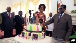 Robert Mugabe et sa femme Grace à Harare, le 22 février 2016. (AP Photo/Tsvangirayi Mukwazhi)