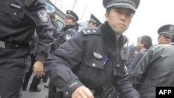 Cảnh sát Trung Quốc ngăn chặn các phóng viên chụp hình một người đàn ông bị bắt ở Thượng Hải, ngày 27/2/2011