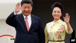 中国国家主席习近平携夫人彭丽媛抵达越南首都河内访问(2015年11月5日)