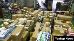 한국 인천공항세관에 물품이 쌓여있다. (자료사진)