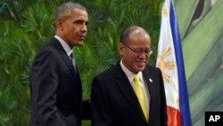 El presidente Barack Obama (izquierda) y el mandatario filipino, Benigno Aquino III, (derecha) durante una conferencia de prensa conjunta en Manila, el miércoles, 18 de noviembre de 2015.