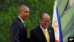 2015年11月18日美国总统奥巴马(左)和菲律宾总统阿基诺三世在菲律宾马尼拉在新闻发布会上。