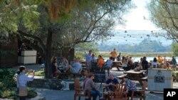 Testiranje vina u istorijskoj vinariji Gundlah Bundšu u Sonomi u Kaliforniji