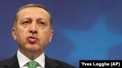 Recep Tayyip Erdogan répond à la presse, après une réunion au Conseil européen à Bruxelles, le 21 janvier 2014.