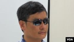中国盲人维权人士 陈光诚 (美国之音张永泰拍摄)