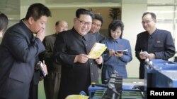 북한 김정은 노동당 위원장이 지난 4월 평양 민들레학습공장을 현지지도했다. 오른쪽 끝에서 수첩을 들고 있는 수행 인사가 조용원 당 조직지도부 부부장이다.