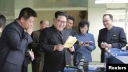 북한 김정은 노동당 위원장이 지난 4월 평양 민들레학습공장을 현지지도한 모습. (자료사진)
