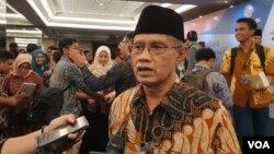 Ketua Umum PP Muhammadiyah Haedar Nashir berbicara kepada wartawan usai peringatan haul Nurcholis Madjid di Jakarta, Kamis (29/8/2019) malam. (VOA/Rio Tuasikal)