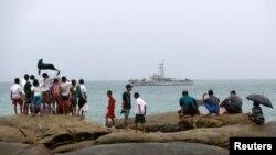 Pescadores locales encontraron siete cuerpos después de que un barco de la marina encontrara dos chalecos salvavidas, tres cadáveres y un neumático que formaba parte del avión.