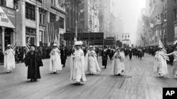Doktor Ana Šo i Keri Čepmen Ket, osnivačice Lige žena glasača predvode grupu od 20.000 pristalica u maršu za žensko pravo glasa na Petoj aveniji u Njujorku 1915.