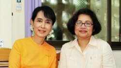 Aung San Suu Kyi with VOA Burmese Service reporter Khin Soe Win