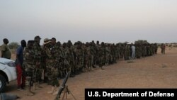 Les soldats nigériens participent à un entraînement avec les forces spéciales belges, à Diffa, le 9 mars 2017.