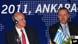 Ποικίλες οι αντιδράσεις για την επίσκεψη του Γιώργου Παπανδρέου στην Τουρκία