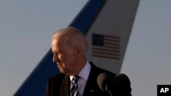 Phó Tổng thống Joe Biden rời khỏi một cuộc họp báo sau khi đến sân bay quốc tế Larnaca, Cộng hòa Síp, 21/5/2014.