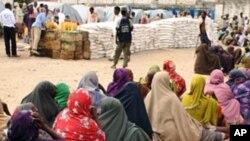 Wakimbizi wa kisomali wakisubiri msaada wa chakula katika mji mkuu Mogadishu