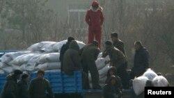 지난 2008년 12월 북한 신의주 주민들이 미국에서 지원 받은 식량을 트럭에서 내리고 있다. 자루에 'USAID(미국제개발처)' '미국에서 보내온 선물' 이란 문구가 씌여있다.