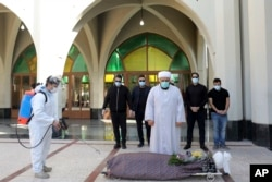 بہشت زہرہ میں تدفین سے قبل نماز جنازہ ادا کی جا رہی ہے۔ یکم نومبر 2020