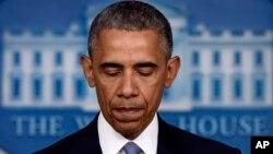 바락 오바마 미국 대통령이 23일 백악관에서 미군의 대 테러 작전 과정에서 인질 2명이 사망한 사실을 발표하고 있다.