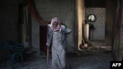 Abu Mohammed, un sirio de al-Nasbabiyah, en el este de Damasco, camina en su casa luego de un presunto bombardeo de fuerzas del gobierno sirio. El jefe de la agencia de refugiados de la ONU, ACNUR ha condenado los ataques indiscriminados contra civiles en Damasco y alrededores. Dic. 14, 2015
