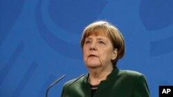 La chancelière allemande Angela Merkel donne un discours après une réunion à Berlin, Allemagne, le 30 janvier 2017.