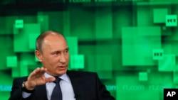 Tổng thống Nga Vladimir Putin nói chuyện trong một chuyến thăm đến trụ sở của đài Russia Today.