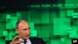 """RT loqosu ilə tanınan """"Russia Today"""" Kremlin siyasi xəttini əks etdirən xəbərlər yayır."""