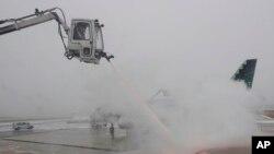 En Missouri el Lambert St. Louis International Airport, canceló al menos dos docenas de vuelos para este domingo, igual que el Kansas City International Airport, que postergó 30 vuelos.