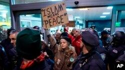 Doce refugiados iraquíes que arribaron en diferentes vuelos fueron detenidos por las autoridades migratorias en el Aeropuerto Internacional John Kennedy en Nueva York.