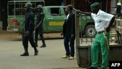 Des policiers sont en état d'alerte à Bamenda, Cameroun, le 22 février 2018.
