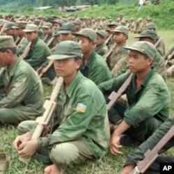坤沙军队中的少年兵用木枪操练(1995年)
