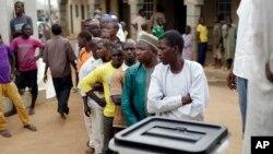 Des Nigérians attendent de voter dans un bureau de vote à Abuja, Nigeria, samedi 28 mars2015.