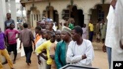 Des électeurs attendant de voter samedi à Jere, à 60 km d'Abuja