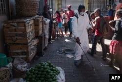 지난 2017년 10월 마다가스카르 수도 안타나나리보에서 보건 관계자가 흑사병 발병 지역을 소독하고 있다. (자료사진)