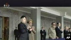 아버지 김정일과 함께 군열병식을 참관하는 김정은 (좌 -북한 텔레비젼 화면)