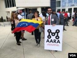 Exiliados venezolanos esperan discurso del presidente Donald Trump en la Universidad Internacional de Florida, el lunes 18 de febrero de 2019.