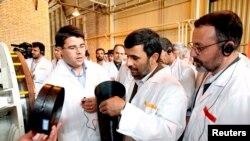El presidente de Irán, Mahmoud Ahmadinejad, en una visita a la central de enriquecimiento nuclear de Natanz en 2008.