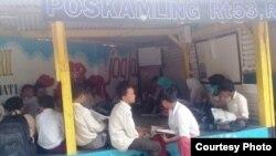 Siswa kelas 6 SDN Bangunrejo 2 Yogyakarta mengikuti pelajaran tambahan di poskamling sejak Desember hingga 6 Februari 2020. (Foto: B Kamba)