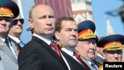 Владимир Путин и Дмитрий Медведев (в центре). Красная площадь. Москва, Россия. 9 мая 2014 г.