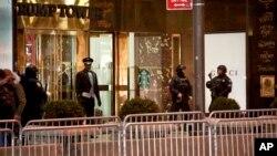 La primera dama, Melania Trump; y el hijo de ambos, Barron, no se han trasladado a Washington y viven aún en el edificio, por lo que continúa protegido por una decena de agentes con perros detectores de bombas y la calle sigue rodeada de patrullas de Policía, aunque en menor medida.