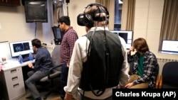 Des étudiants utilisent un de leurs professeurs pour tester une technologie spéciale pour un jeu vidéo qu'ils développent au College de Boston, Massachusetts, 26 janvier 2017.