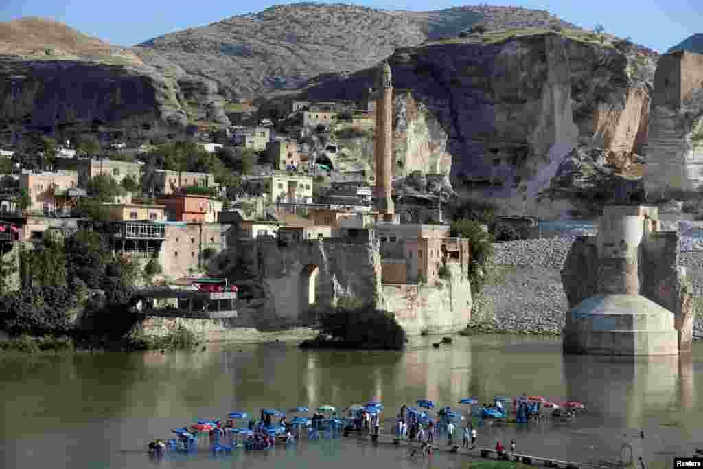 شهر باستانی «حصن کیفا» یا حصن کیف (به انگلیسی: Hasankeyf) در جنوب شرقی ترکیه با قدمتی هزاران ساله که به خاطر سدسازی به زودی به زیر آب می رود.