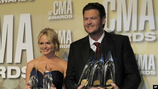 Miranda Lambert and Blake Shelton pose backstage at the CMA awards in Nashville, Tenn., Nov. 1, 2012.