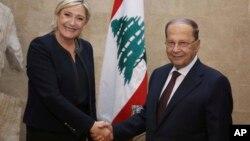 La candidate à la présidentielle française Marine Le Pen, à gauche, serre la main du président Michel Aoun, à Baabda, à l'est de Beyrouth, au Liban, le 20 février 2017.