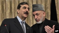 巴基斯坦总理吉拉尼(左)与阿富汗总统卡尔扎伊周六在喀布尔